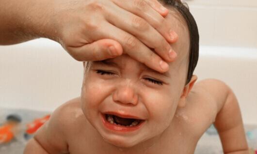trẻ bị sốt do viêm họng