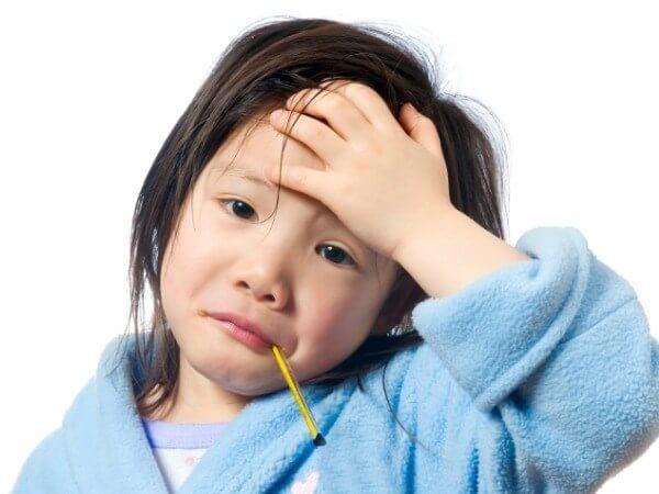 trẻ bị sốt viêm họng