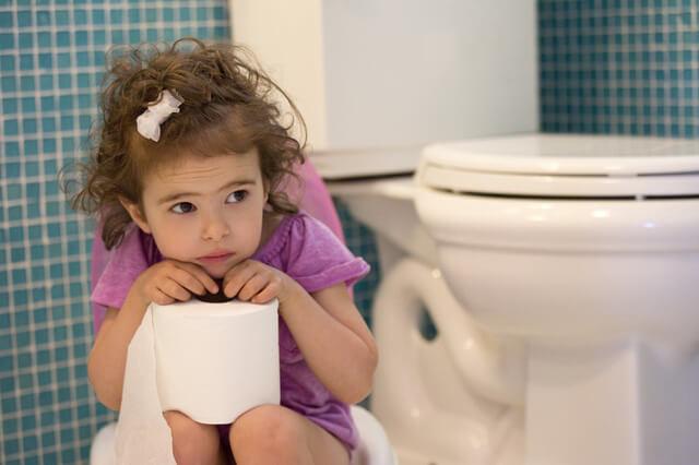 bé 2 tuổi đi tiểu nhiều lần trong ngày