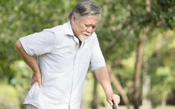 Đau thần kinh tọa làm giảm khả năng vận động của người lớn tuổi