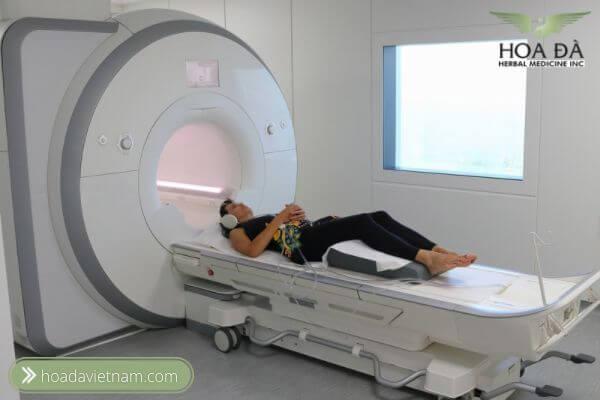 MRI có thể giúp xác định chính xác các khu vực nơi dây thần kinh có thể bị chèn ép nhưng chi phí hơi đắt đỏ.